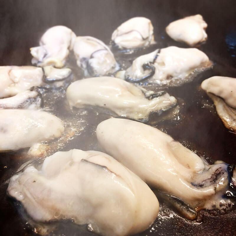 大粒の牡蠣焼いております