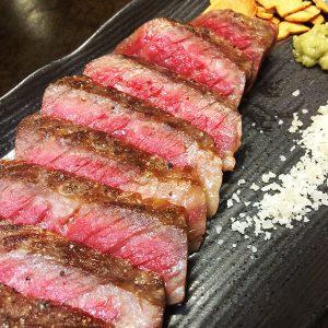 お肉好きも納得の旨さ!『牛肉の鉄板焼/100g』